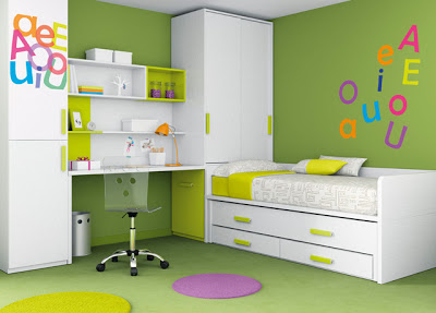 Green color in room decoration