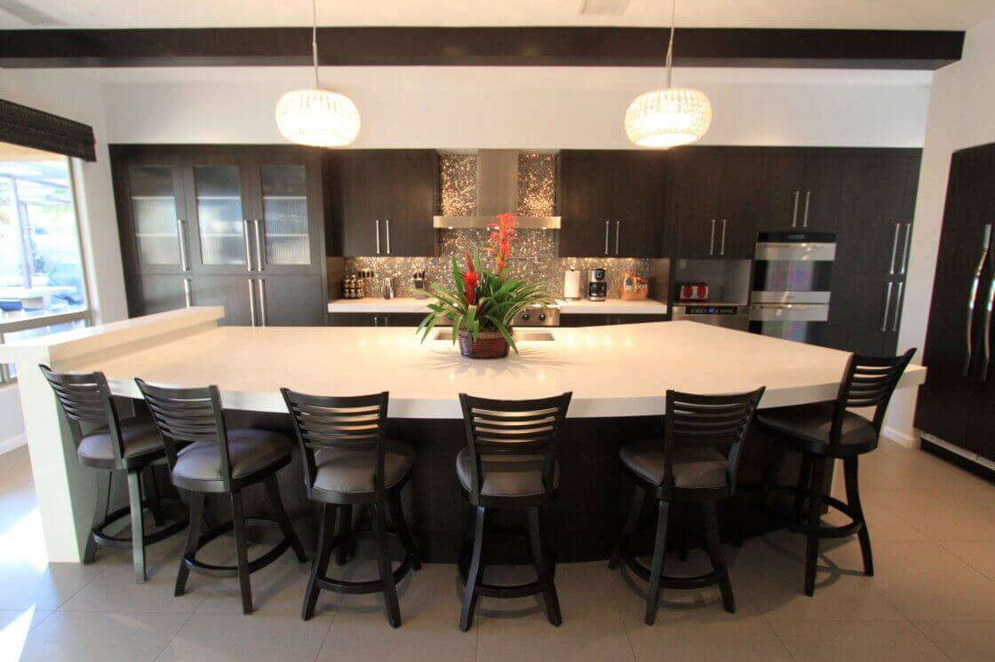 The island of this contemporary kitchen avails the large floor space that provides ample seating for the island. With the rustic and traditional barstools, this contemporary kitchen islands with seating can accommodate a large number of people