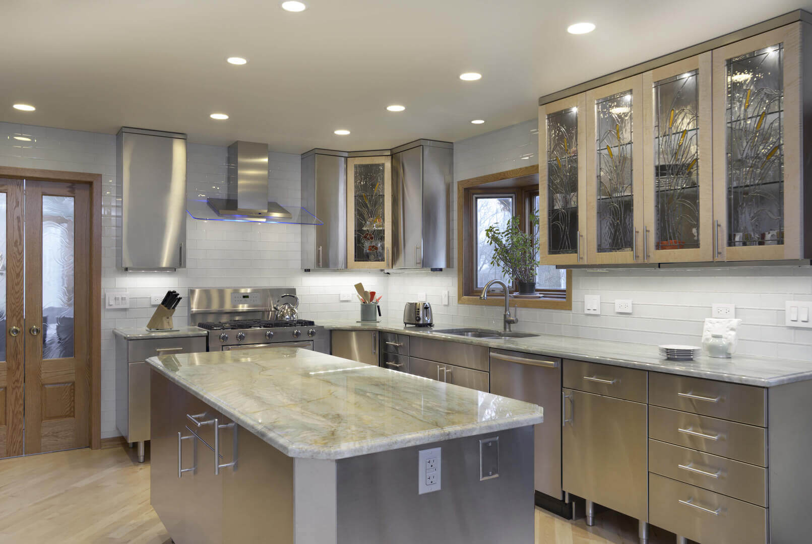 Nowadays, stainless steel has become prominent material in most modern kitchens designs. Stainless steel sinks, cabinets and appliances are often the desired fixtures of modern kitchens and they really blend well with this kitchen look